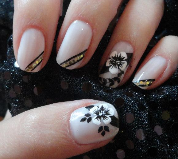 decorar unha branca:Nail art: flor branca com preto e dourado